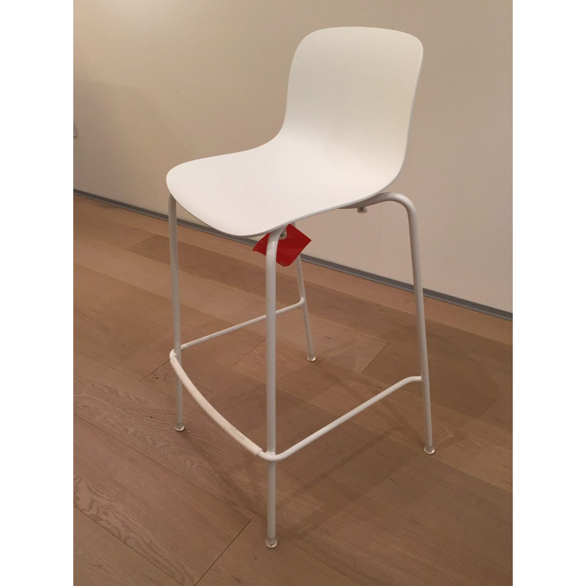 http://www.desout.com/media/catalog/product/cache/4/image/1200x1200/9df78eab33525d08d6e5fb8d27136e95/m/a/magis-white-stool.jpg